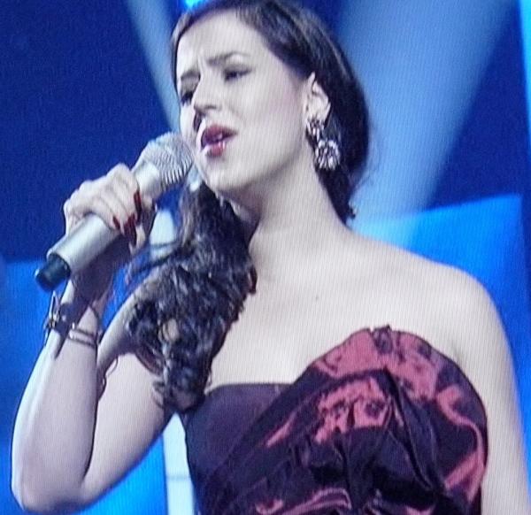 Tatiana del Toro: Terrible singing, terrible dress