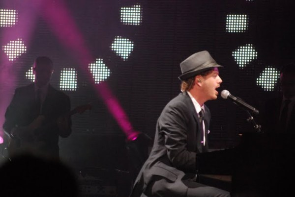 American Idol Tour Memphis: Scott MacIntyre plays piano